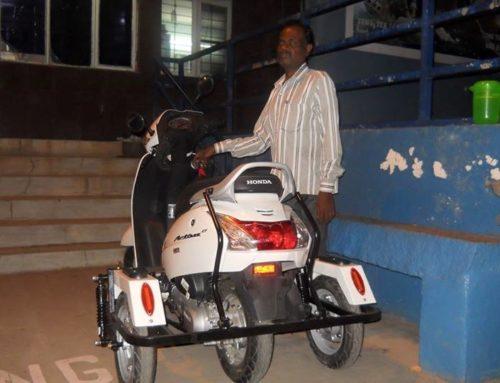 Motorisierte Dreiräder für 2 gehbehinderte Männer